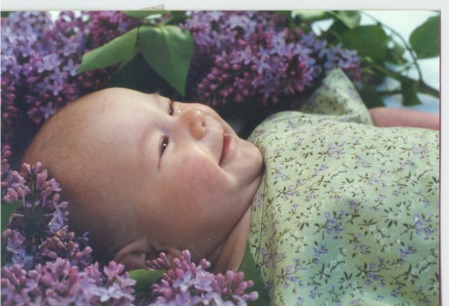 baby_in_lilacs